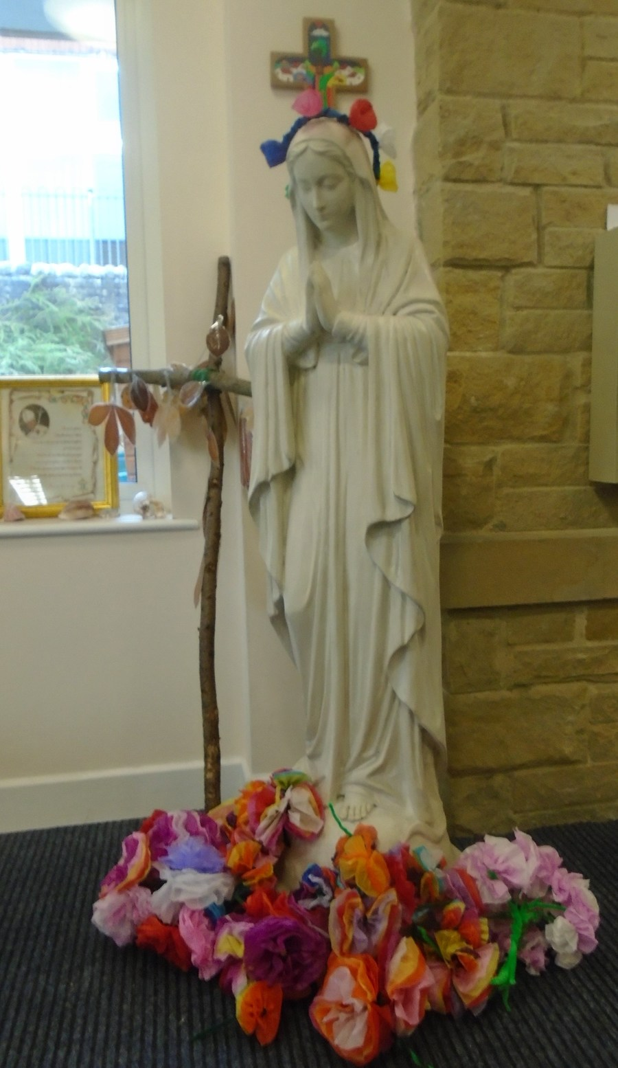 For the procession of Our Lady in May the children made flowers.