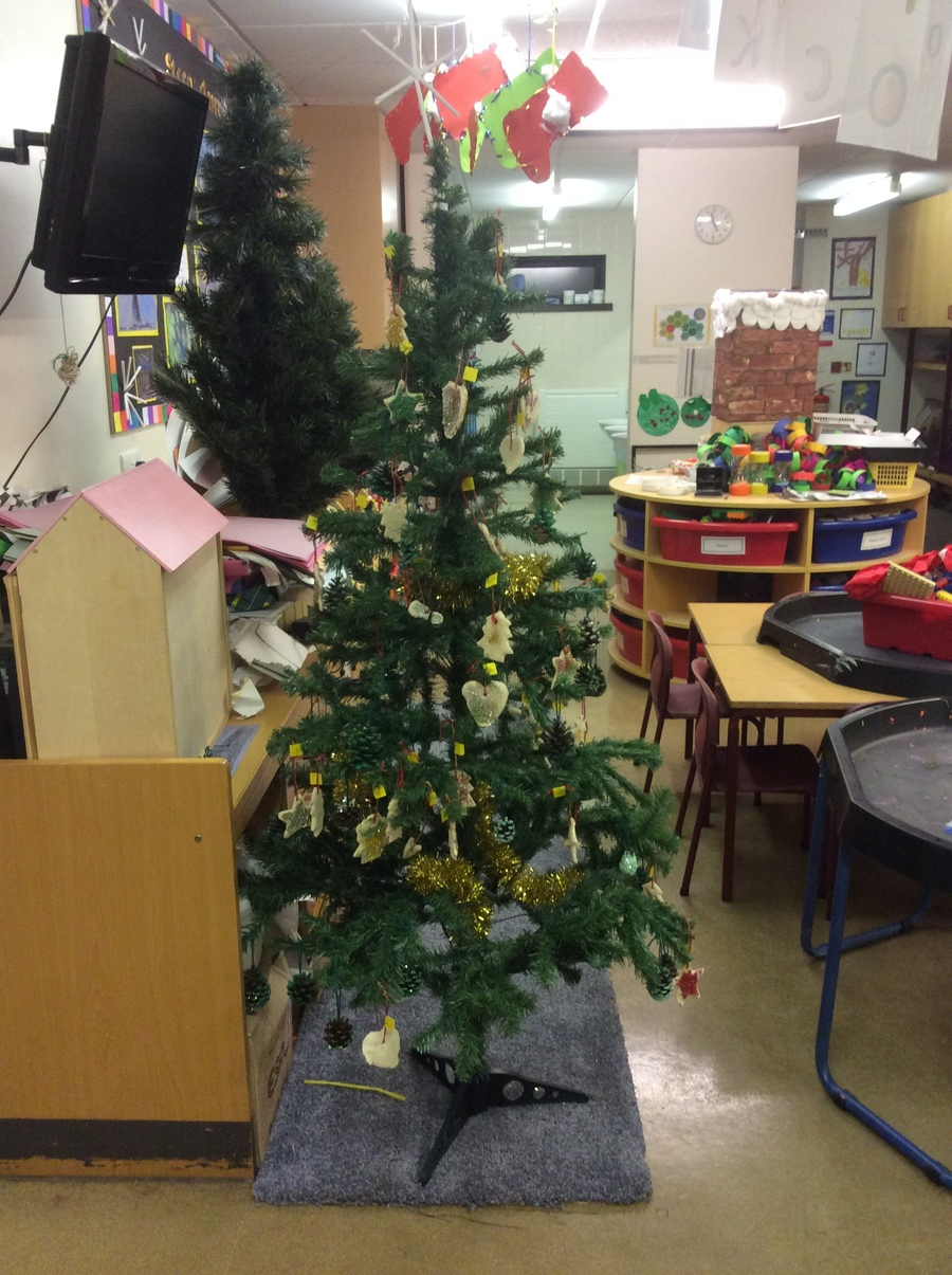 The Christmas tree with decorations the children made with their grown ups during stay and create Parental involvement day.