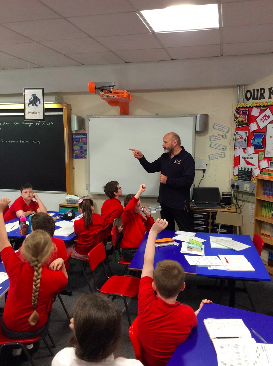 David tells P.6S how pleased he is with all of the articles they have written and their comments.  P.6S ask lots of questions about what makes a good article for the NewsDesk.